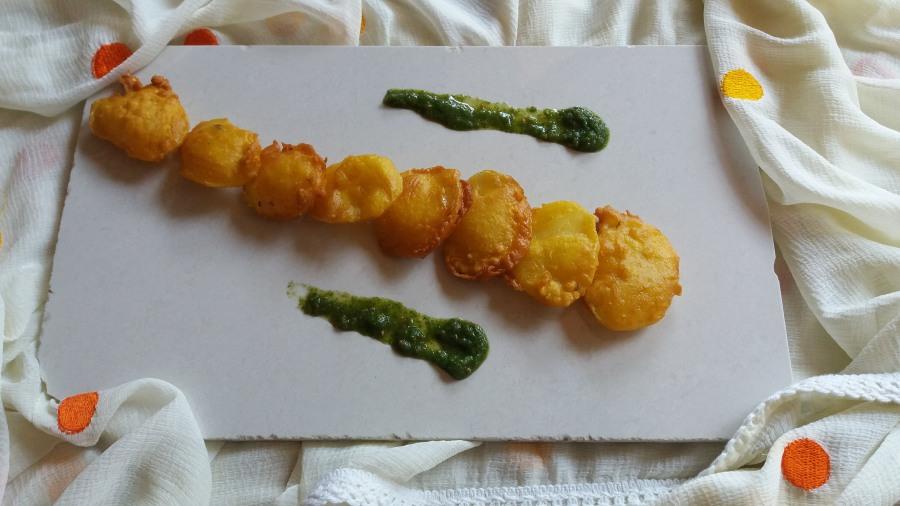 Aloo bhajiya/Aloo pakora/ potatofritters
